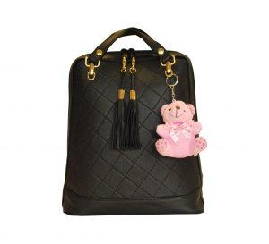 Kožený ruksak z pravej hovädzej kože s ružovým medvedíkom v čiernej farbe je vhodný na bežné nosenie do mesta, školy, či do práce.