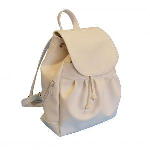 Dámsky módny kožený ruksak pre všetky vekové kategórie s množstvom úložného priestoru, vhodný na nosenie do práce, školy či na cestovanie. Kožený ruksak disponuje koženým uchom na nosenie v ruke. (2)