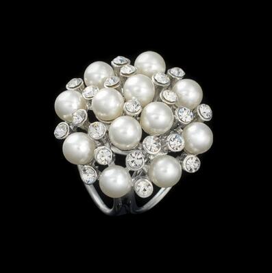 Kytica periel ponúka zhluky perál, ktoré sa striedajú so žiarivými kamienkami