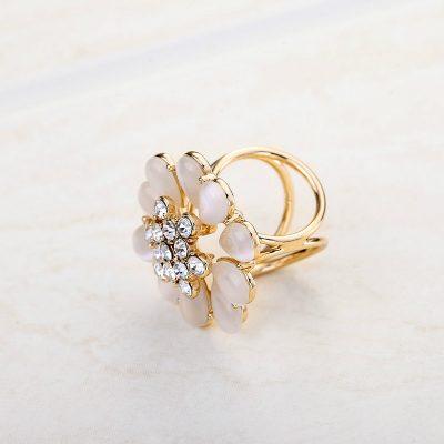 Ozdoba na šatku v štýle opálového kvetu v zlatej farbe
