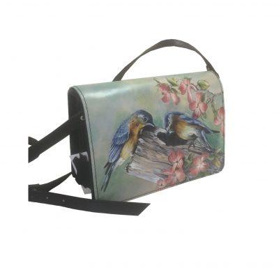 rucne-malovana-damska-kabelka-kabelka-je-neodmyslitelnym-spolocnikom-kazdej-zeny-tato-kozena-kabelka-vam-ponuka-umelecku-malbu-a-skvele-vypracovane-detaily-2