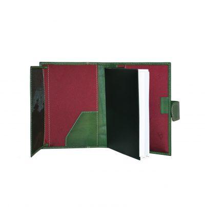 Kožený diár je vyrobený z ručne natieranej a jemne tieňovanej prírodnej triesločinenej usne z Talianska (1)