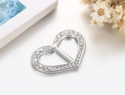 Šperk na šatku v tvare srdiečka v striebornej farbe (3)