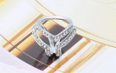 Luxusná brošňa v tvare troch prsteňov v striebornej farbe s kryštálmi.Prstenec je zdobený kamienkamipre výrazný dizajn (2)