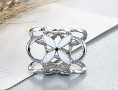 Prstencová ozdoba na šatky s bielymi kvetmi v striebornej farbe. Prstenec je zdobený bielymi kvetmi pre výrazný dizajn (3)