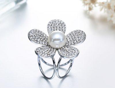 Prstencová ozdoba na šatky s kryštálmi v striebornej farbe. Prstenec je zdobený žiarivými kamienkami (4)