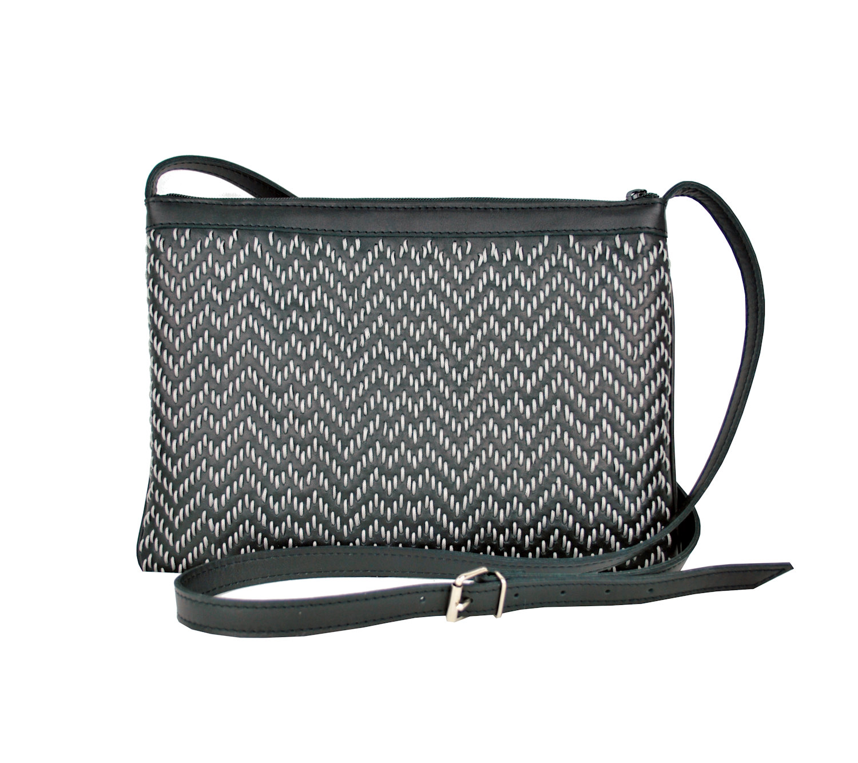 ae961d11ef Kožená kabelka ručne vyšívaná v čiernej farbe – šedé vyšívanie