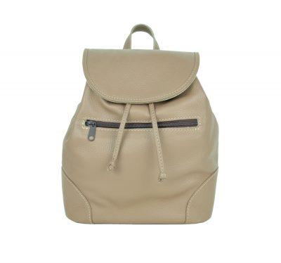 Kožený batoh v svetlo hnedej farbe. Batoh je vyrobený z pravej hovädzej kože. Módny vychádzkový model batohu, ktorý sa dá nosiť na jednom pleci alebo na chrbte. Všité ma putko, za ktoré je možné nosiť (5)