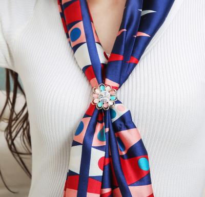 Elegantný ozdobný šperk na šatku v tvare farebného kvetu (1)