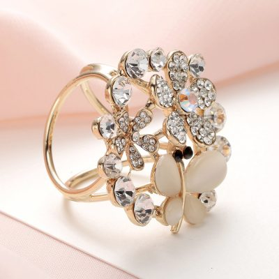 Krásny ozdobný šperk na šatku v tvare zlatého kryštálového motýľa (1)