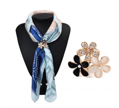 Luxusný trojprstenec pre šatky v tvare ligotavých kvetov v zlatej farbe (2)