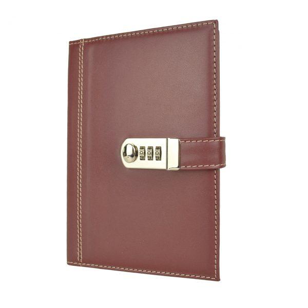 Kožený zápisník XXL z prírodnej kože s číselným zámkom v bordovej farbe.