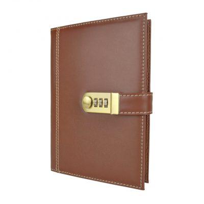 Kožený zápisník XXL z prírodnej kože s číselným zámkom v hnedej farbe.